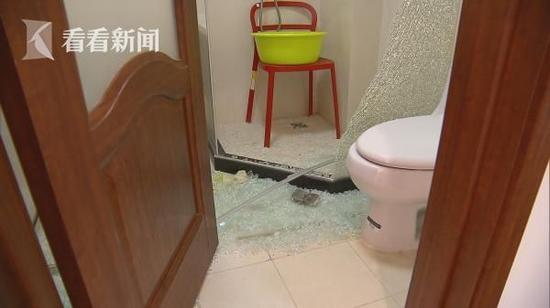 居民家淋浴房玻璃突爆裂 装潢公司提供淋浴房货不对板