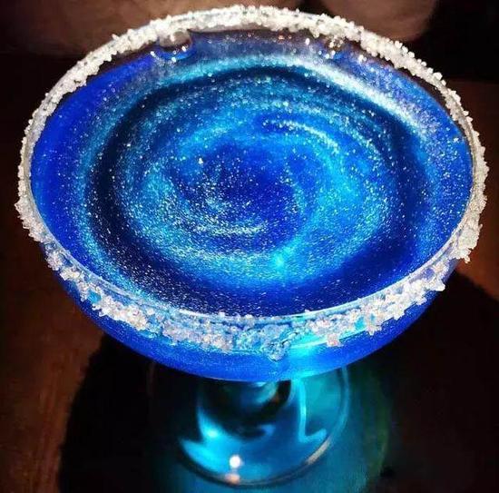 传说的星空酒魔都也有啦!美出天际,主色调是宝蓝色,酒杯边缘有一圈白砂糖。入口微甜的水蜜桃口感,但是小心后劲略足哦~