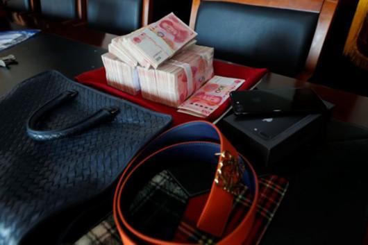 施旺(化名)盗窃的赃款和购置的奢侈品。