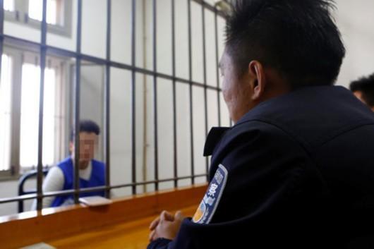 施旺(化名)在接受民警审讯。 浦东公安分局 图