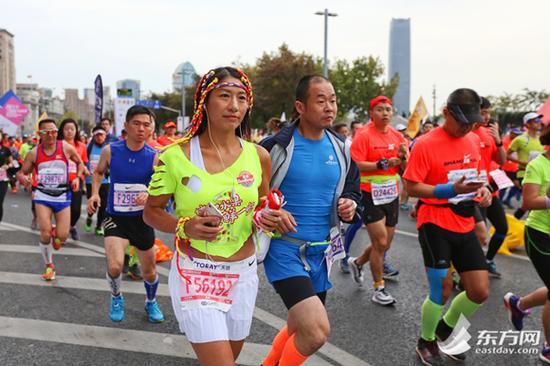 东方网记者刘辉、汪伟秋、曹子琛11月12日报道:今早7点,一年一度的上海国际马拉松赛在外滩金牛广场鸣枪开跑。