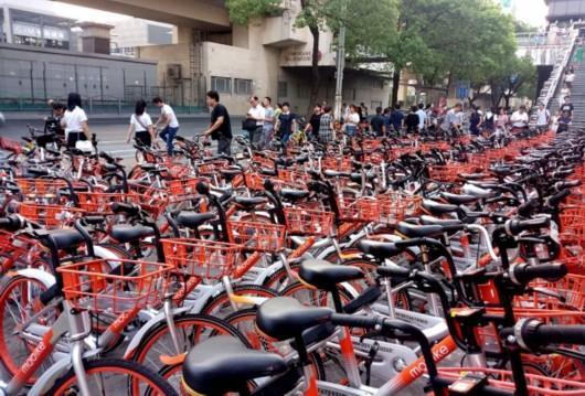 图片说明:上海街头密集停放的共享单车格外壮观。 来源/东方IC(下同)