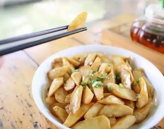 作为茭白的故乡,练塘的油焖茭白是必点的下饭菜,这里的茭白肉质鲜嫩,肉味甘甜,色泽白润。