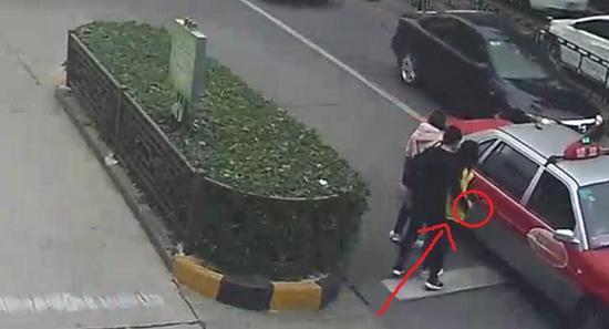 男子偷手机监控还原盗窃过程:路人穿得厚更易得手