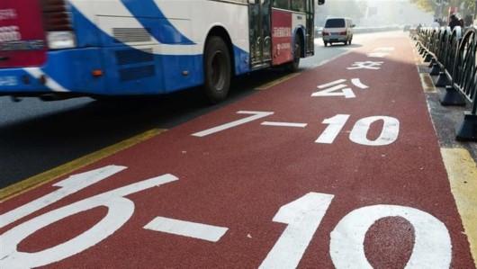 司机占用公交车道拒认罚 撞民警拖挂行驶百米被刑拘