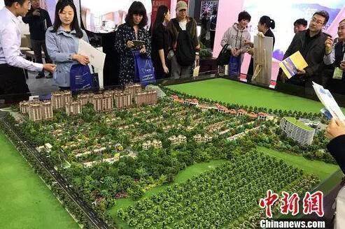 资料图:民众在北京春季房展会上的某楼盘展台咨询。中新网 程春雨 摄