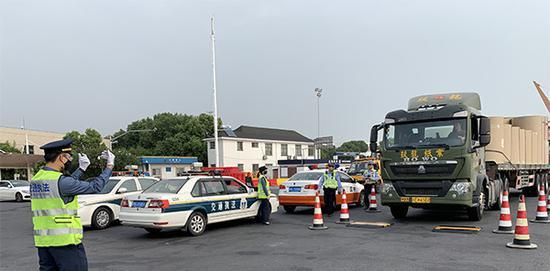 2019年10月11日,上海市交通委开展超限运输车辆集中整治行动。 本文图均为 上海市交通委执法总队 供图