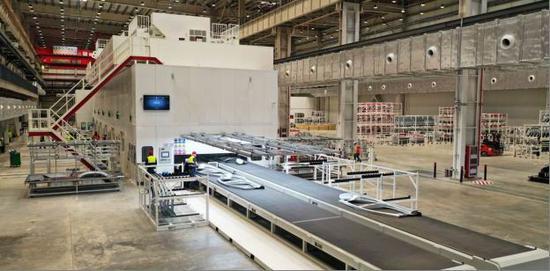 上海超级工厂冲压车间。 本文图片 特斯拉官方提供