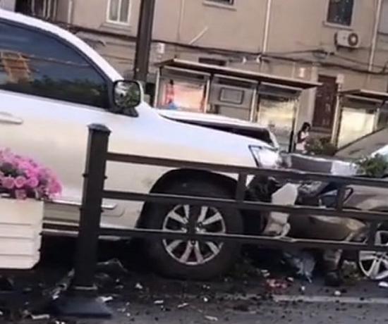 西藏南路发生三车事故 SUV冲进逆向车道撞击两辆轿车