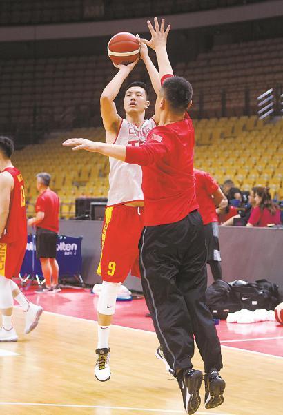 为备战2019男篮世界杯,中国男篮在武汉进行公开训练课。图为球员翟晓川(左)在训练中。 新华社 发
