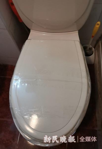 图说:为防止反水,居民用胶带将马桶封住