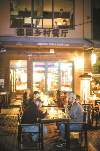 时下老外街德国乡村餐厅夜里依然点着火炉。