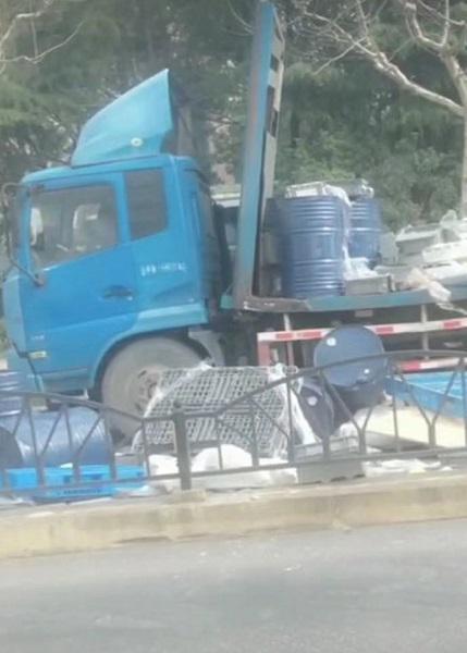 货车超高撞上龙门架货物洒落堵路