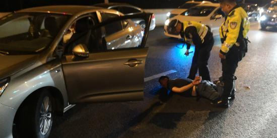 图说:民警驾驶员胡某控制。警方供图