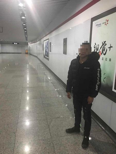 男子在地铁出入口通道内抽烟解闷 被处???00元