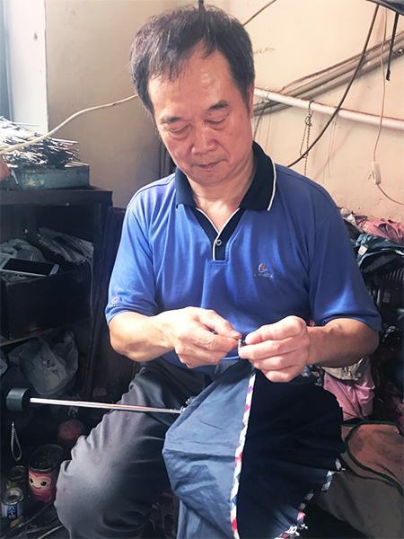 图说:修鞋匠王水忠除了修鞋,还修伞、换拉链、配钥匙。李一能 摄