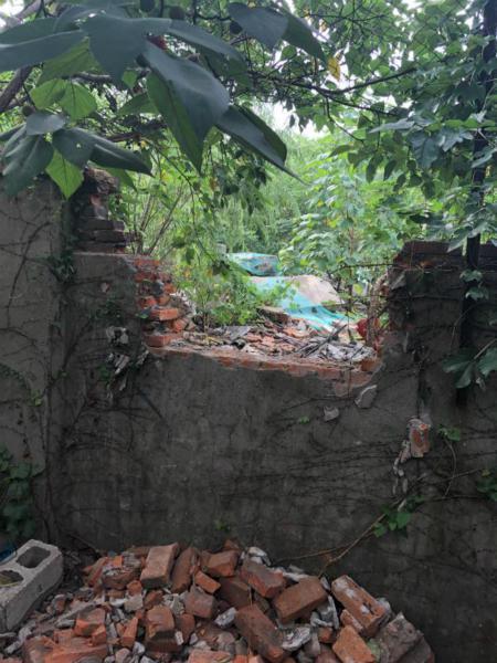 数个拾荒人员起贼心 敲墙挖洞偷走350公斤铲斗
