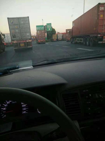 """图说:大型车辆占据了一根车道却""""不动""""。来源/市民供图"""