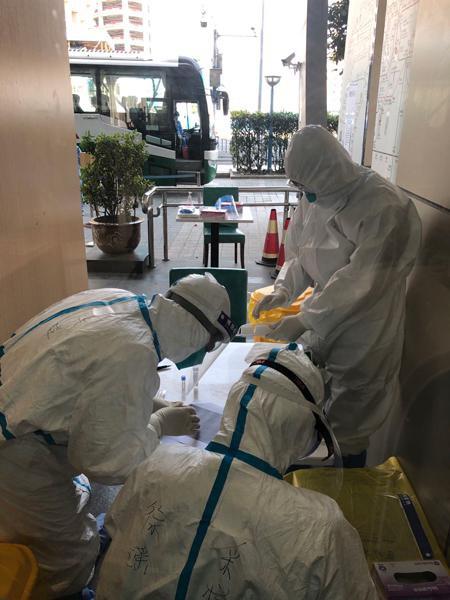 """图说:静安区""""临时集中留验点""""工作人员正在为核酸检测做准备。李哲 摄"""