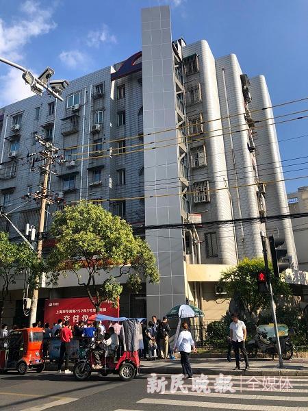图说:华阴路骊山路口的 居民楼加装电梯投入使用。江跃中摄