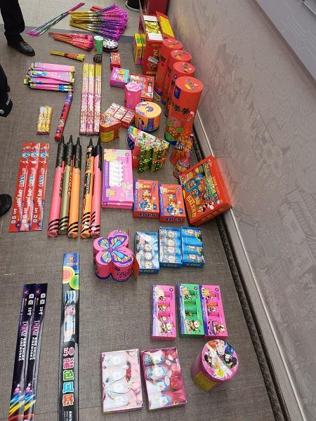 金山警方破获一起非法售卖烟花爆竹案 2人2处窝点25个品种