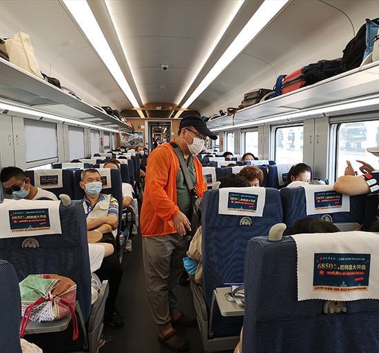 导游检查旅客健康码。澎湃新闻见习记者 张慧 图
