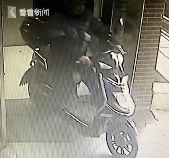 女子倒地抽搐不止 民警抽丝剥茧找到肇事者