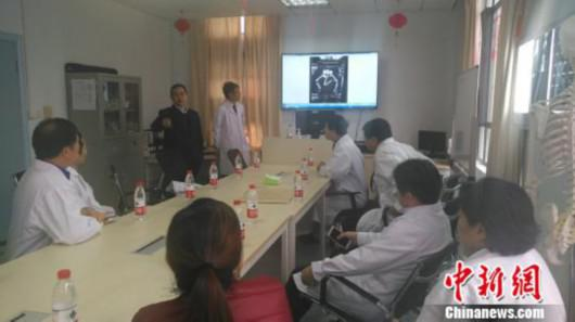 手术前,多位专家们进行大会诊。 严晓慧 摄