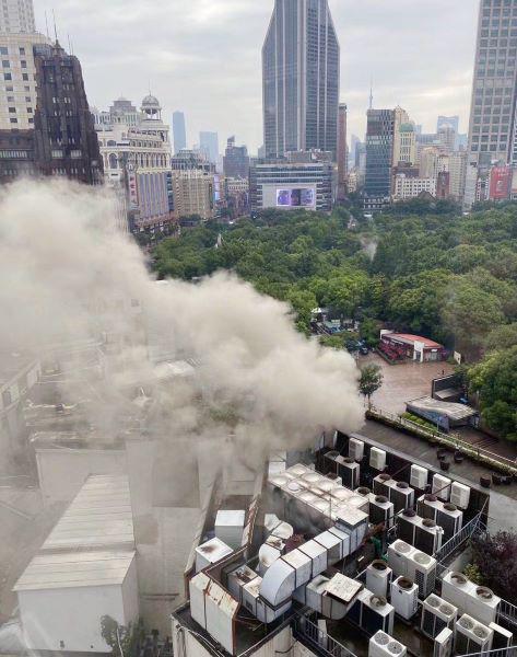 黄浦区世贸商都着火浓浓烟雾从楼顶冒出 幸无人员伤亡