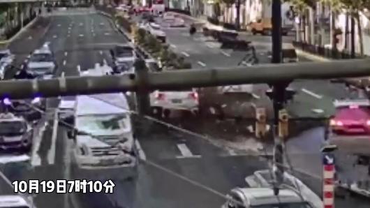 西藏南路上一司机涉嫌酒驾被带走 又撞隔离栏又撞车