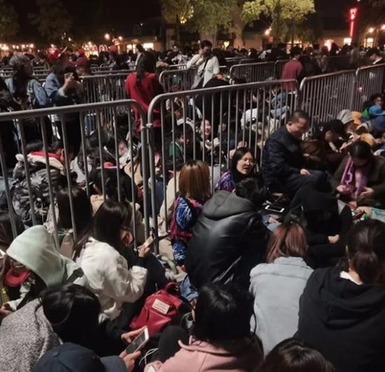 图说:热情的漫威粉丝们在18日晚间就已到达迪士尼小镇。微博图片