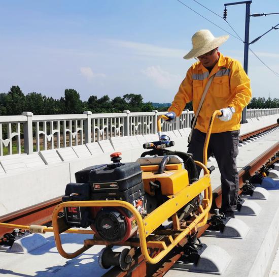 合肥工务段技术人员正在精调合安高铁肥西站线路几何尺寸