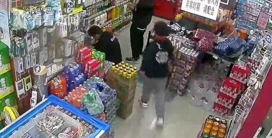 10岁男孩失踪一夜 竟是捉迷藏躲在超市里睡着了