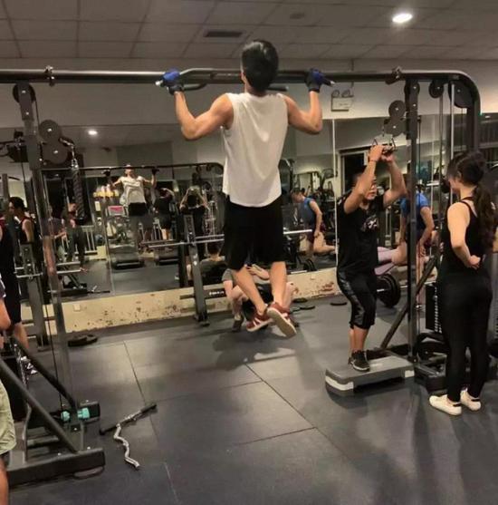 王言博在健身房
