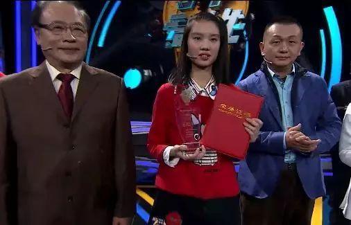夏欣媛同学在《少年爱迪生》颁奖现场。 视频截图