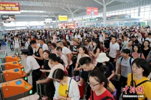资料图:西安北车站内人头攒动。中新社记者 张远 摄