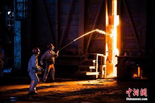 资料图:钢铁炼制工人正在工作。 李南轩 摄