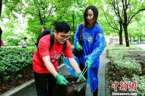 """资料图:2019年6月, 青年志愿者们在上海参加""""环保跑拾活动"""",身体力行宣传垃圾分类知识。 申海 摄"""