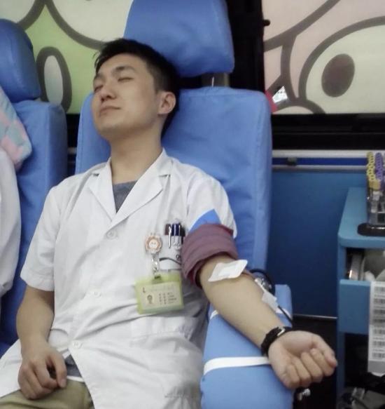 就在前一天,他还参加了医院组织的一场献血。图片来自微信朋友圈