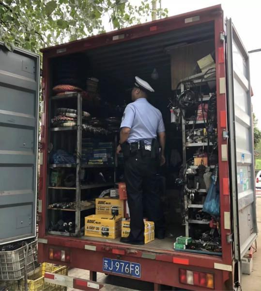 图说:卡车内放置着改装器具和零件。警方供图