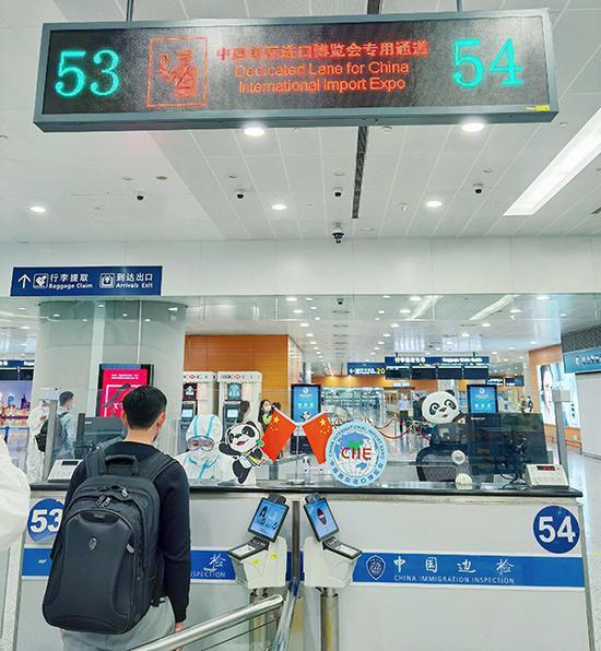 民警与机场工作人员办理人员交接手续