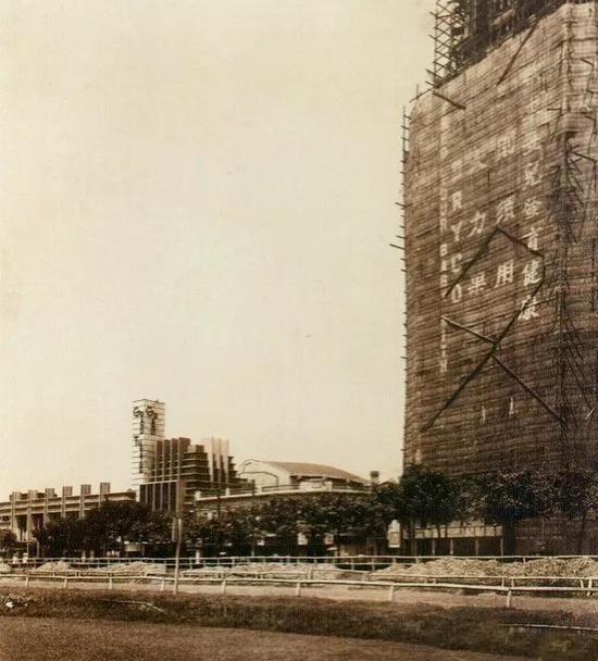 1934年前后,即将封顶的国际饭店及大光明大戏院