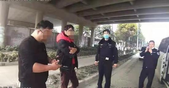 图说:民警询问发现酒驾嫌疑后,呼叫所内民警增援处置
