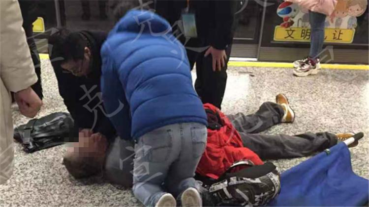 老伯地铁站内猝死 热心市民全力抢救回天乏术
