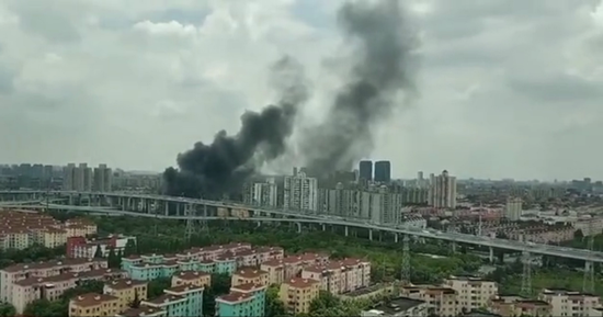 6月19日中午12时04分,上海平阳路一停车场发生火灾。网络图