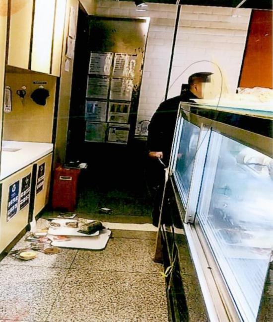 七旬老人因不满判决结果 在地铁站蛋糕店内持刀闹事