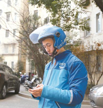 来沪十年,新疆喀什小伙陈龙军已经将上海当成自己的归属地,这里给了他想要的生活,他也从中找到了奋斗者的快乐和价值。本报记者 李茂君 摄