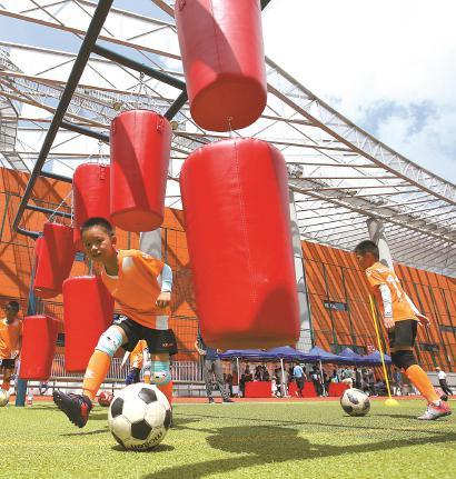 魔力足球趣味十足,吸引孩子们参与运动。