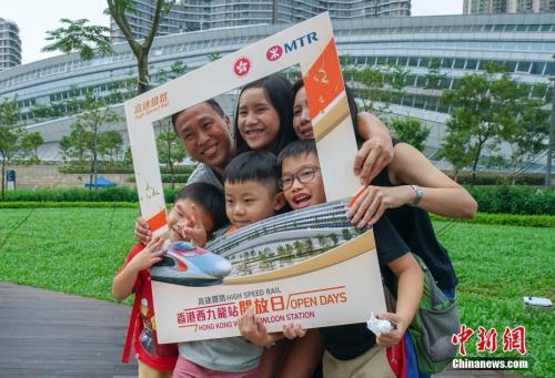9月1日,广深港高铁香港段西九龙站首次向公众开放,大批提前领票的市民前来参观。中新社记者 张炜 摄