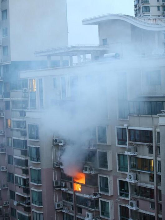1504室火光冲出阳台。